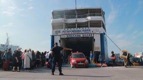 Färja från porten av Piraeus: passagerare, transport och bilar eftersänds till ön arkivfoton