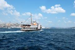 Färja i den istanbul bosphorusen, Turkiet Royaltyfria Foton