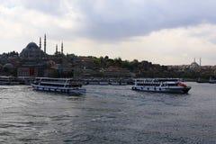 Färja i den Istanbul breda flodmynningen Arkivbild