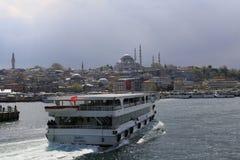 Färja i den Istanbul breda flodmynningen Royaltyfri Fotografi