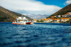 Färja i den Kotor fjärden arkivfoto