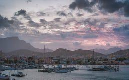 Färja i den Mindelo hamnen i ottaljuset på Sao Vicente Island, Kap Verde Arkivbilder