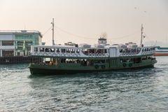 Färja i Hong Kong Victoria Harbour Fotografering för Bildbyråer