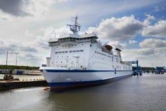 Färja i port Royaltyfri Fotografi
