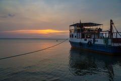 Färja i solnedgången på öometepen i Nicaragua Arkivfoton