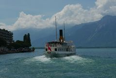 Färja lämna kajen på Montreux på sjöGenève arkivbild