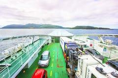 Färja med bilar ombord Royaltyfri Fotografi