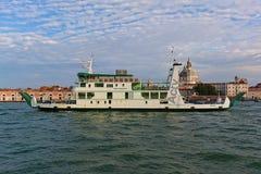 Färja Metamauco i Grand Canal i Venedig, Italien Royaltyfri Bild