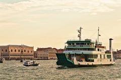 Färja Metamauco och motoriskt fartyg i Grand Canal i Venedig Arkivbilder