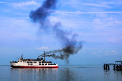 Färja och rök från motorn Arkivfoton