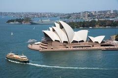 Färja och Sydney Opera House royaltyfria bilder