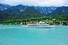 Färja på berget Bern Switzerland för sjön Brienz och Brienzer Rothorn Arkivbild