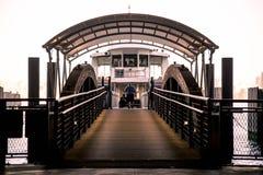 Färja på den Hoboken stationen som är ny - ärmlös tröja Arkivfoton