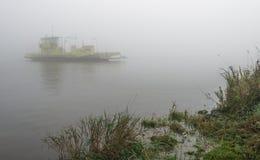 Färja på en dimmig flod Arkivbilder
