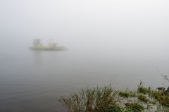 Färja på en dimmig flod Royaltyfri Fotografi