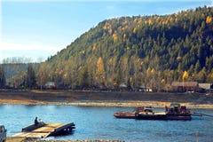 Färja på floden Royaltyfri Fotografi