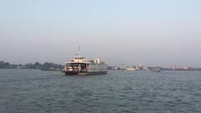Färja på floden i Vietnam lager videofilmer