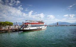 Färja på Garda sjön i Italien Arkivfoton