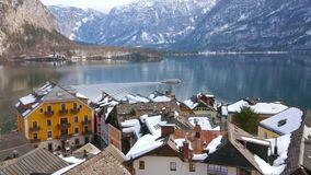 Färja på Hallstattersee sjön, Salzkammergut, Österrike stock video
