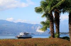 Färja på Lago Maggiore nära Laveno, Italien Arkivbild