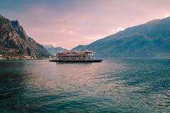 Färja på sjön Garda Royaltyfri Fotografi