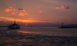 Färja på solnedgången på Bosphorusen Royaltyfri Bild