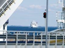 Färja på vägen till hamnen Royaltyfria Bilder