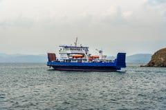 Färja Semen Batagayev mellan fastlandet och ön av Olkhon baikal lake russia Royaltyfria Bilder