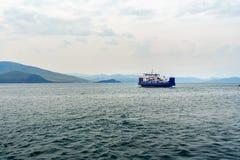 Färja Semen Batagayev mellan fastlandet och ön av Olkhon baikal lake russia Arkivbild