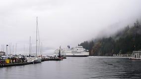 Färja som avgår hamnen på regnig dag i västra Vancouver, Kanada stock video