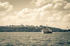 Färja som korsar Bosphorus i Istanbul Arkivfoto