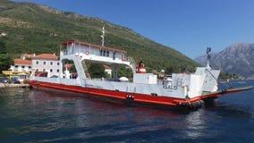 Färja som korsar Kamenari-Lepetane i Montenegro stock video