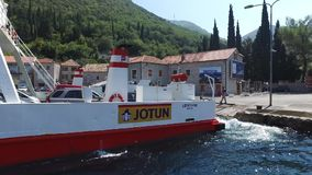 Färja som korsar Kamenari-Lepetane i Montenegro arkivfilmer