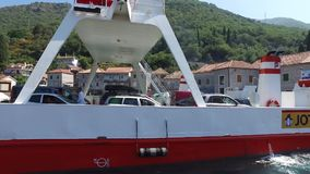 Färja som korsar Kamenari-Lepetane i Montenegro lager videofilmer