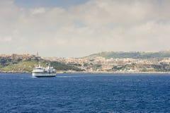 Färja som lämnar den Gozo ön Royaltyfria Bilder