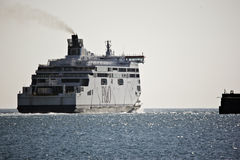 Färja som lämnar Dover för Calais royaltyfria foton