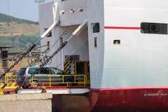 Färja som laddar upp en bil i den Piombino hamnstaden, Italien Arkivbild
