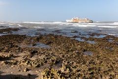 Färja som strandas på kusten royaltyfria foton