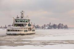 Färja till Suomenlinna, Helsingfors, Finland Royaltyfri Bild