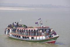 Färja transportpassagerare över den Ganga floden, Bangladesh royaltyfri fotografi