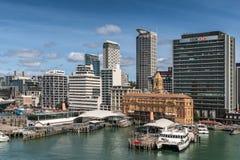 Färjabyggnad och i stadens centrum horisont i Auckland arkivbild