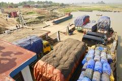 Färjan avgår på den Ganga flodbanken, Bangladesh royaltyfri bild
