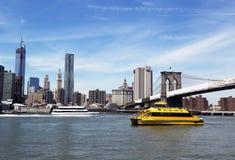 Färjan för den New York City vattentaxien och SeaStreak rider i Lower Manhattan Arkivbild