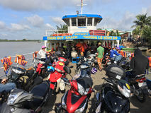 Färjan kommer med pendlare och medel till Ho Chi Minh City Arkivfoton