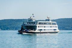 Färjan korsar sjön Constance arkivfoton