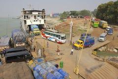 Färjan lastar av på den Ganga flodbanken, Bangladesh arkivfoto