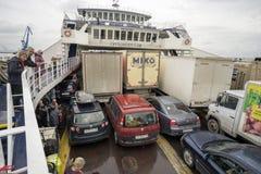 Färjan med bilar och passagerare ombord Arkivfoto