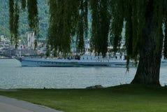Färjan som passerar Clarens, parkerar på sjöGenève royaltyfria bilder