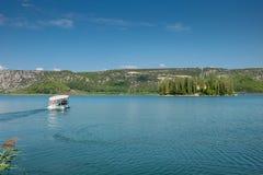 Färjan till den Visovac kloster på ön av Visovac, Krka nationalpark, Dalmatia, Kroatien fotografering för bildbyråer