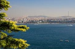 Färjaskepp seglar uppåt- och neråt det guld- hornet i Istanbul, Turkiet royaltyfri foto